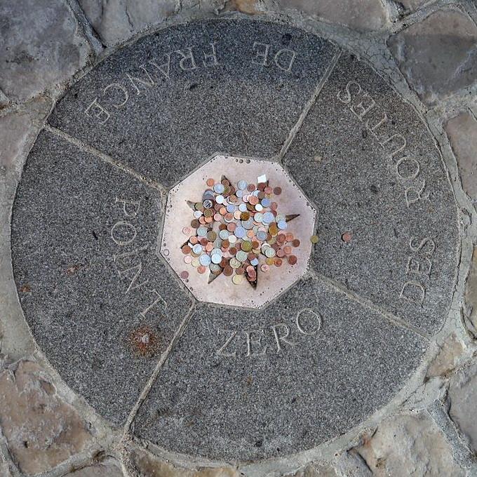 Point zéro des routes de France, devant la cathédrale Notre-Dame de Paris