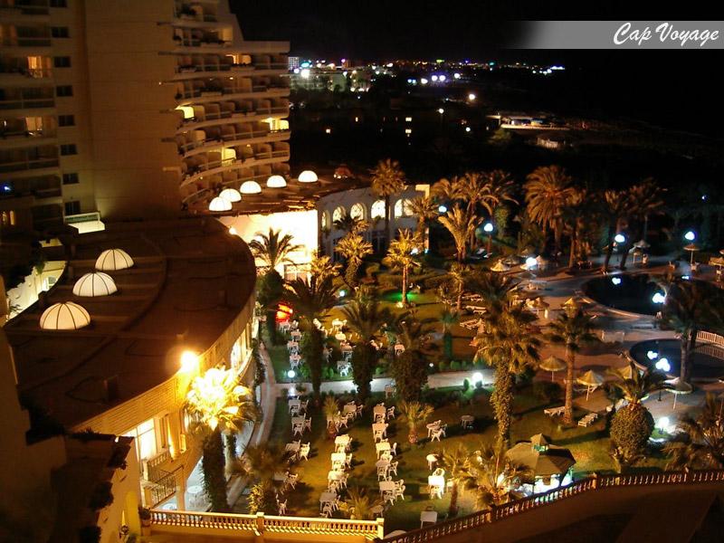 Hotel Riadh Palms, Sousse, Tunisie, vue du balcon sur piscine by night