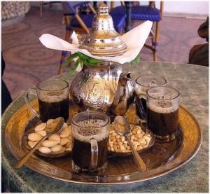 Thé à la menthe avec des pignons et amandes. Voyage à Djerba