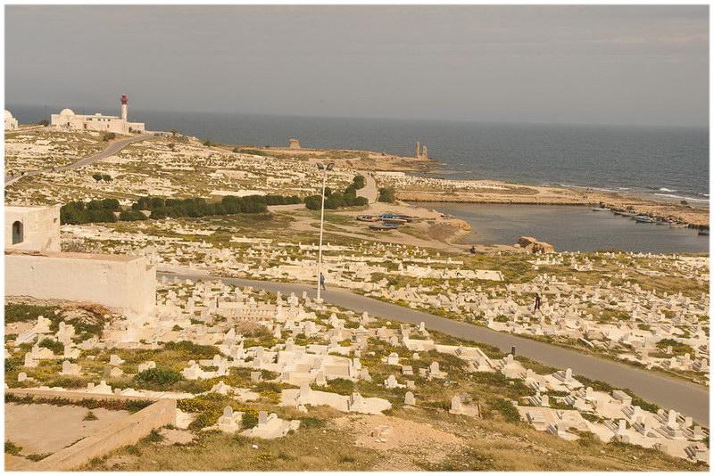 Le cimetière marin devant le cothon phénicien Mahdia, voyage en Tunisie