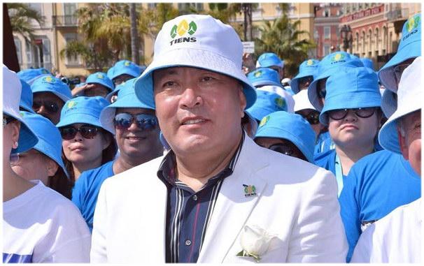 Li Jinyuan, PDG de la société chinoise Tiens Group, pose avec des membres de son personnel, lors d'un défilé sur la promenade des Anglais, à Nice, dans le sud de la France, le 8 mai 2015