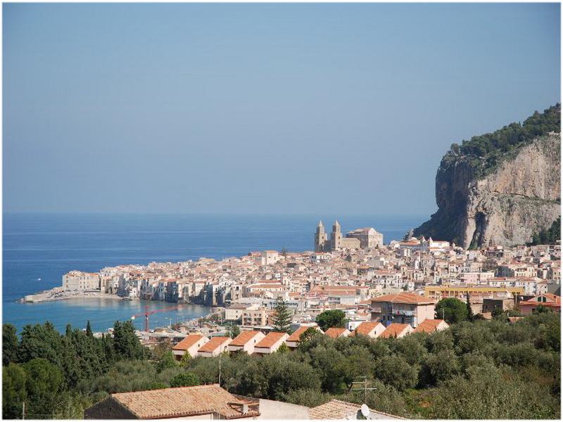 Cefalù, Sicile, Palerme, Italie, au pied d'un promontoire rocheux