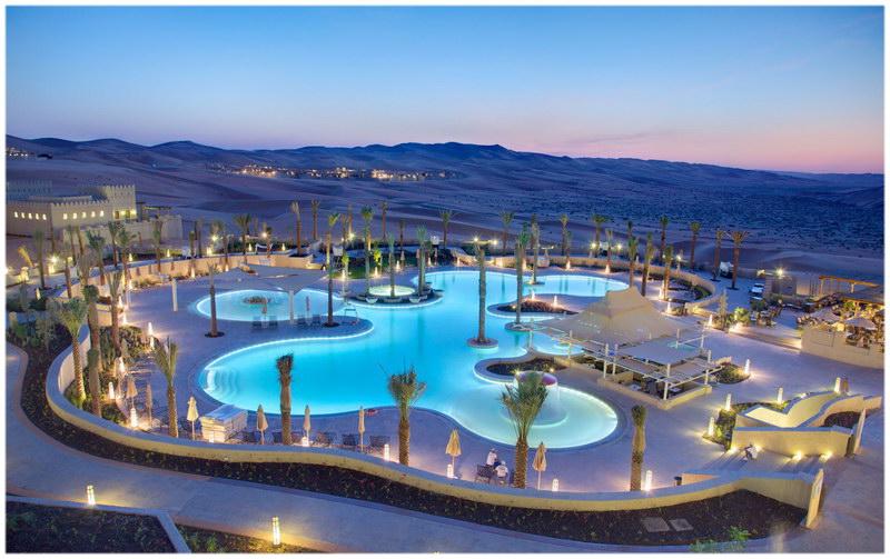 La piscine du Qasr Al Sarab Desert Resort by Anantara