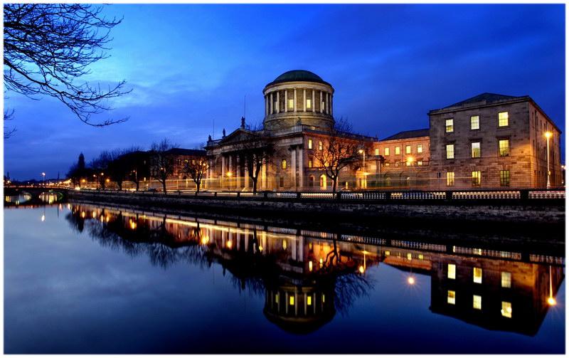 La ville riveraine scène de nuit en Irlande
