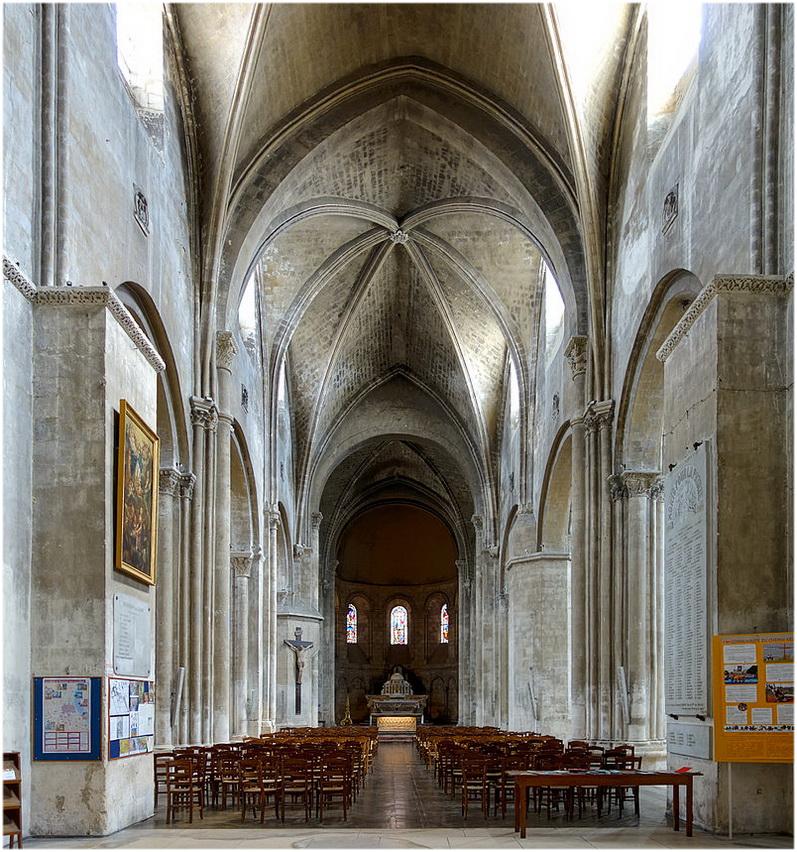 Abbatiale Sainte-Croix de Bordeaux, La Gironde, France, nef de l