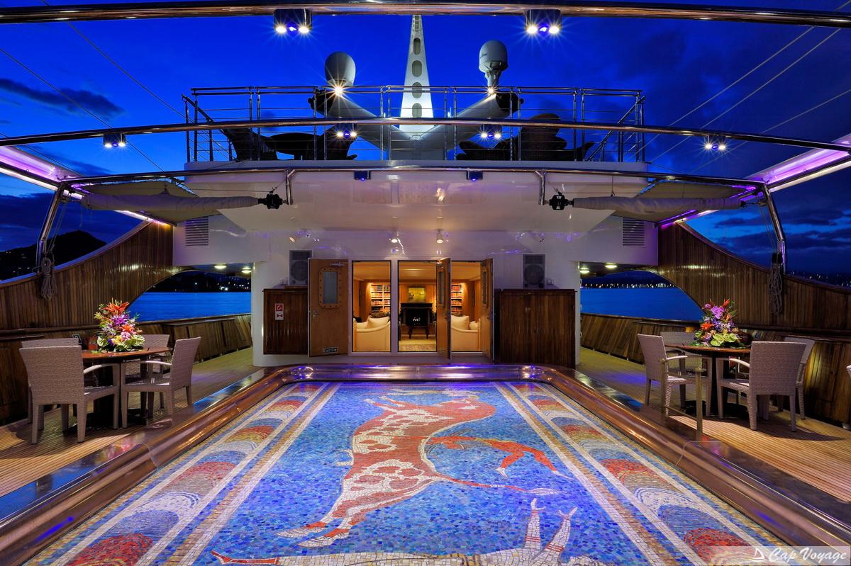 Piscine en mosaïque du Christina O Yacht location bateau