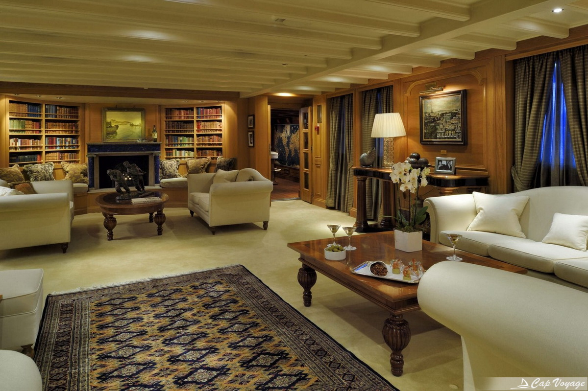 Le grand salon du Christina O Yacht location bateau