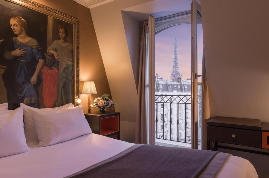 L'hôtel Shangri-La Paris est l'un des meilleurs hôtels avec vue sur la tour Eiffel et incarne l'hospitalité asiatique et l'art de vivre à la française. Installé dans un manoir du XIXe siècle magnifiquement restauré, construit pour le prince Roland Bonaparte, petit-neveu de Napoléon Bonaparte, le Shangri-La est l'un des rares hôtels parisiens à bénéficier du statut de «palais» depuis 2014. Cet hôtel historique propose des chambres spacieuses et des suites décor français classique et des vues uniques sur la Tour Eiffel et autres monuments parisiens. Shangri-La Paris propose à ses clients d'excellents équipements, dont trois restaurants dirigés par un chef étoilé au guide Michelin, un grand toit-terrasse avec la meilleure vue sur la tour Eiffel et un spa asiatique doté d'une superbe piscine de 16 mètres en mosaïque. Si vous le pouvez, optez pour les suites de l'hôtel, avec vue sur le balcon de la tour Eiffel.