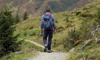 un homme en randonnée